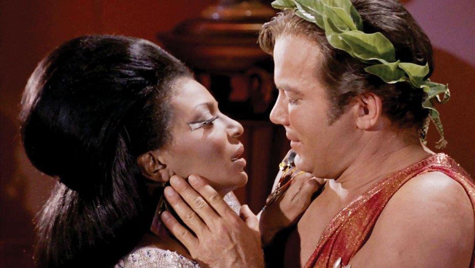 kirk-uhura-kiss